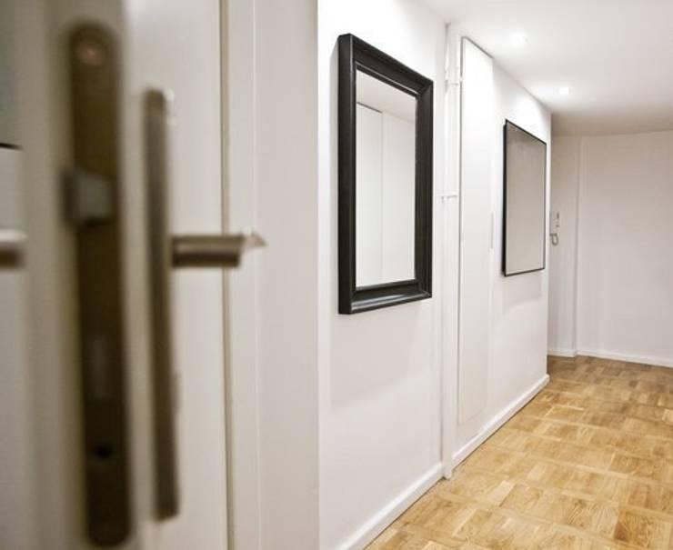 Sobre transition: Couloir et hall d'entrée de style  par 3B Architecture