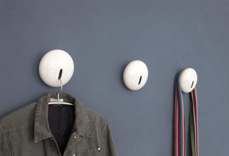 Drop Kleiderhaken:  Flur, Diele & Treppenhaus von ZAISER & ULBRICH  |  Design und Interior