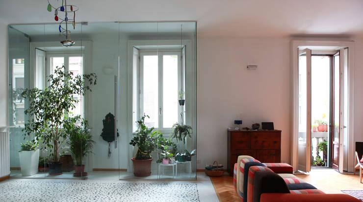 Abitazione con studi professionali: Soggiorno in stile  di auge architetti