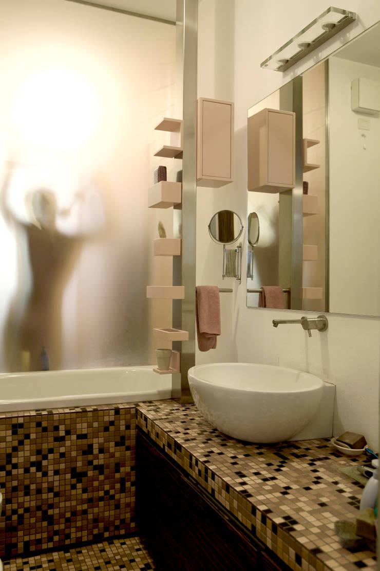 Abitazione con studi professionali: Bagno in stile  di auge architetti,