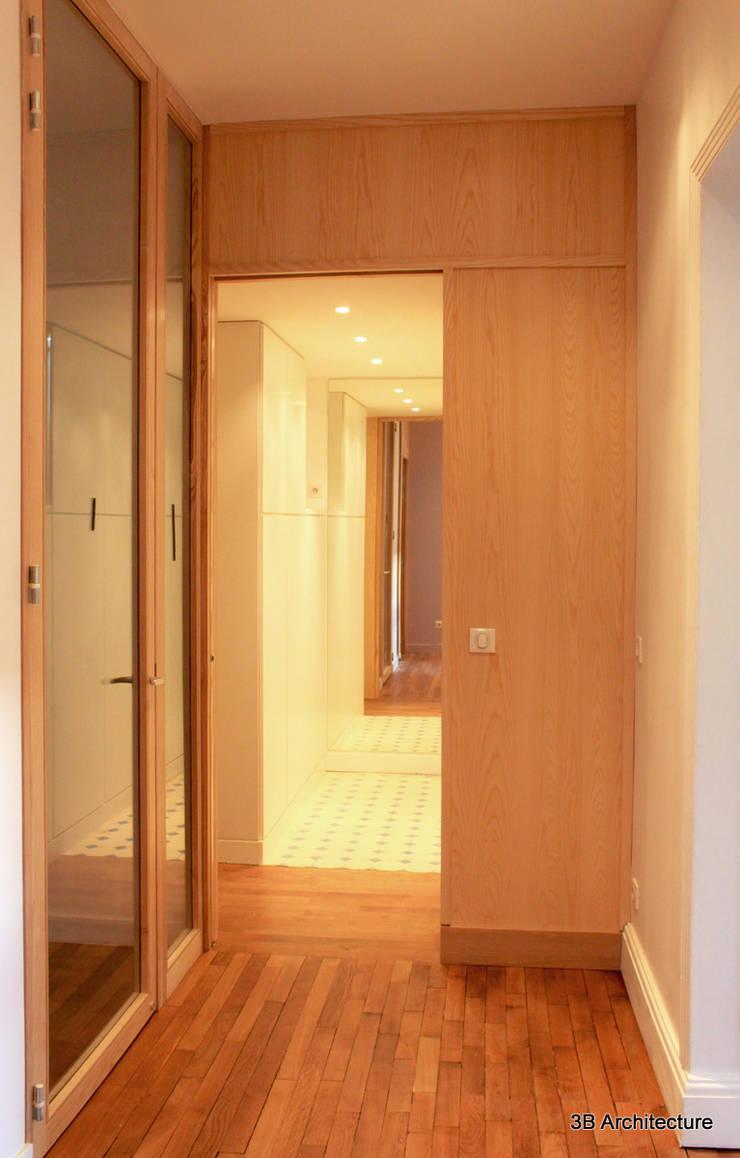 Couloir et Dressing: Dressing de style de style Moderne par 3B Architecture