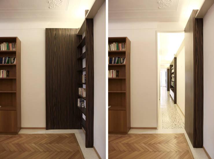 Abitazione con studi professionali: Ingresso & Corridoio in stile  di auge architetti,