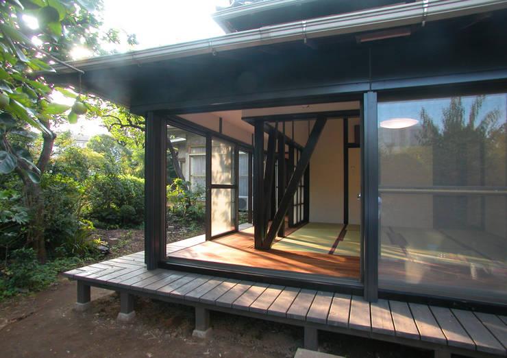 戦前の母屋をリフォーム: ユミラ建築設計室が手掛けた庭です。
