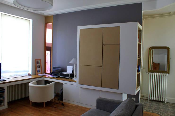 Espace de vie multi-fonctions: Salon de style de style Moderne par 3B Architecture