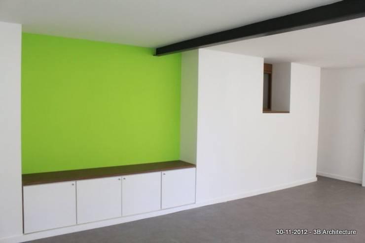 Volumes et couleurs: Salon de style de style Moderne par 3B Architecture