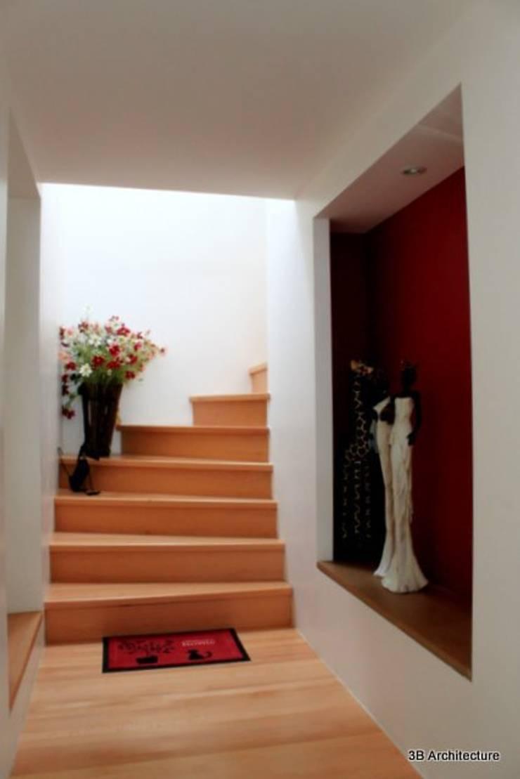 Montée vers la lumière: Couloir et hall d'entrée de style  par 3B Architecture