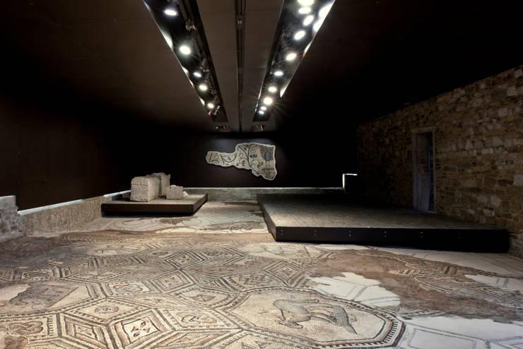 AQUILEIA – Aula di Cromazio e Piazze della Basilica:  in stile  di GTRF GIOVANNI TORTELLI ROBERTO FRASSONI ARCHITETTI ASSOCIATI