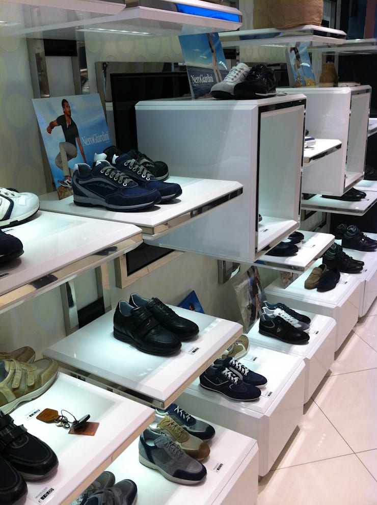 Negozio scarpe civili Shoe's:  in stile  di Arch. Lacquaniti studium