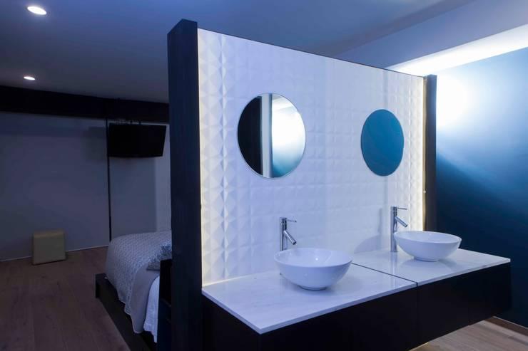 Departamento contemporáneo en Bosques de las Lomas: Baños de estilo  por Taller David Dana Arquitectura