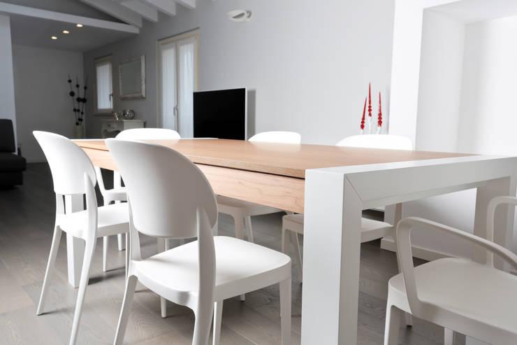 SAN ZENO (BS): Sala da pranzo in stile  di HP Interior srl