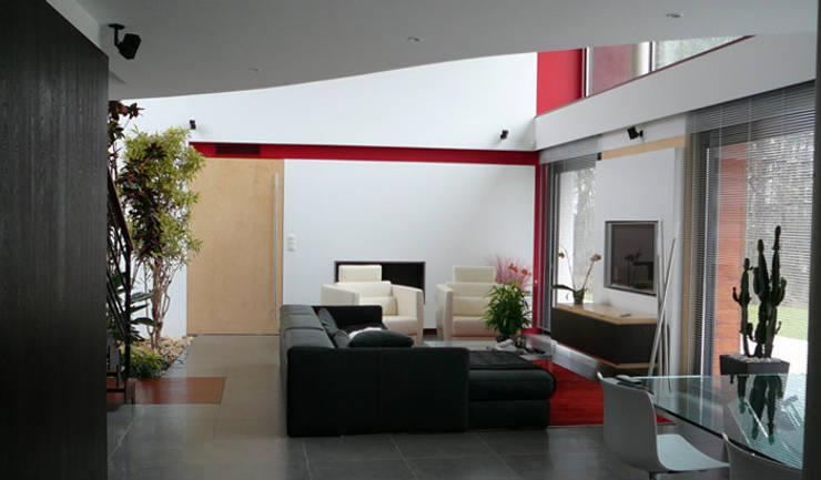 Maison dans les arbres:  de style  par AM architecture