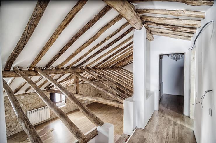 Rehabilitación de vivienda unifamiliar: Pasillos y vestíbulos de estilo  de ADDEC arquitectos