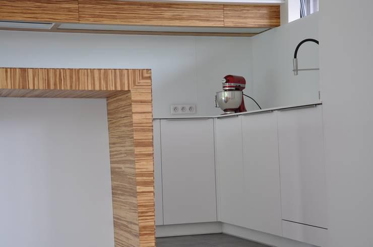 Cuisine design, épurée , avec îlot biseauté: Cuisine de style de style Moderne par Wellhome - Bebamboo
