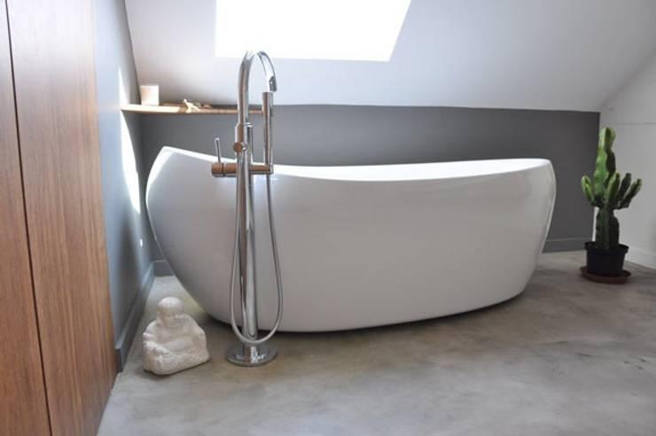 Salle de bain sur mesure et chaleureuse: Salle de bains de style  par Wellhome - Bebamboo