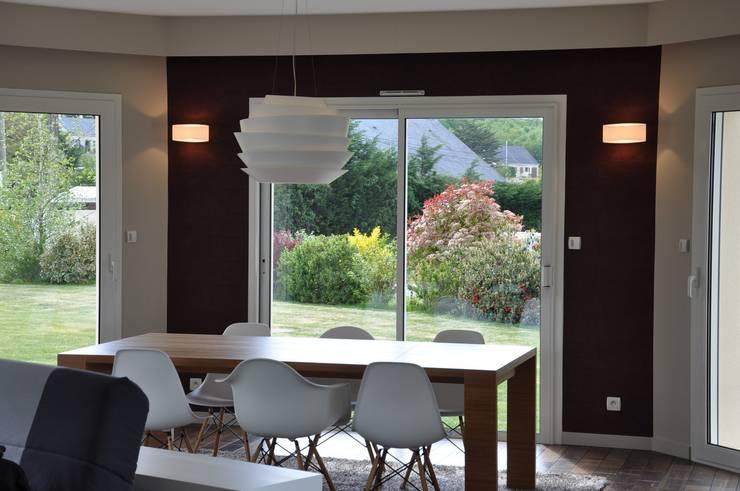 Ré – agencement complet d'un salon / salle à manger: Salon de style  par Wellhome - Bebamboo