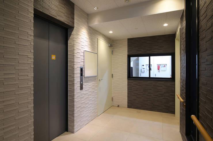 Couloir et hall d'entrée de style  par 株式会社ixrea