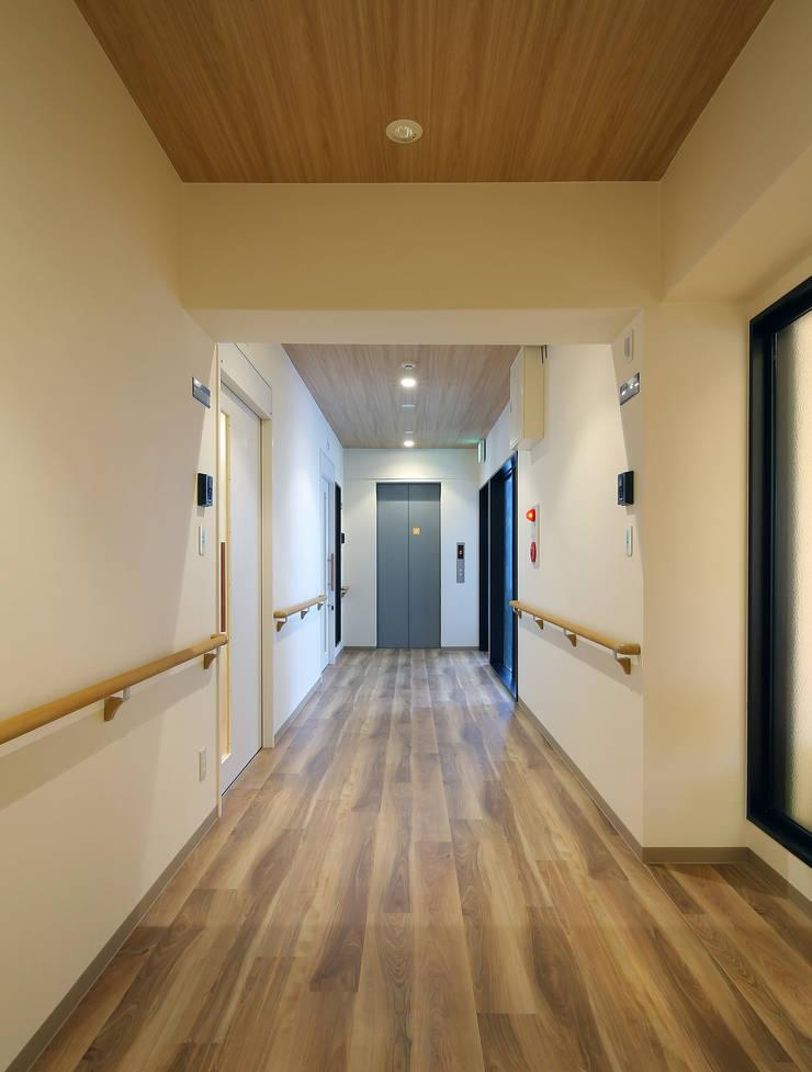 Corridor & hallway by 株式会社ixrea