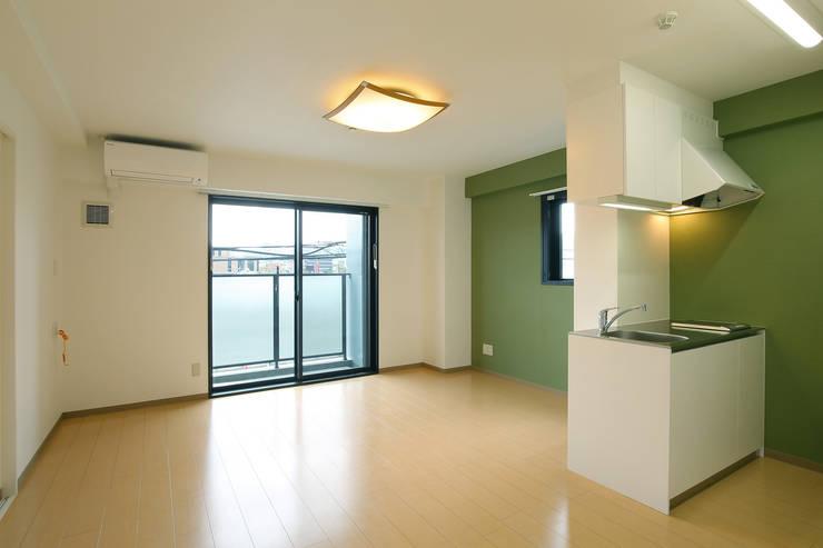 Living room by 株式会社ixrea