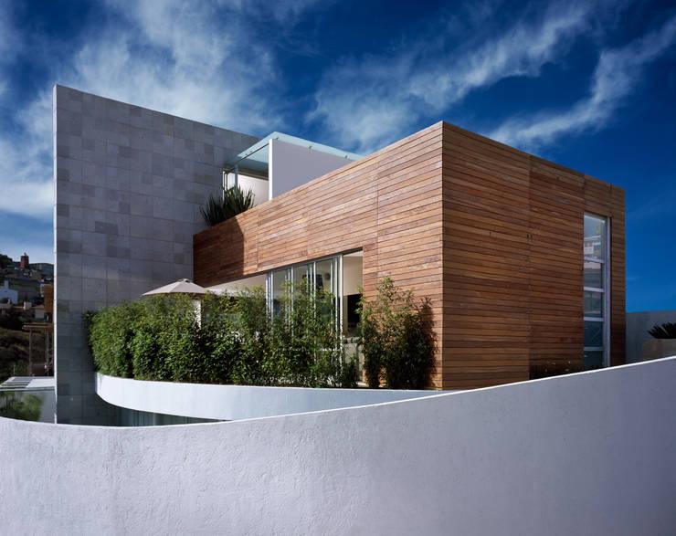 M House: Casas de estilo  por Micheas Arquitectos