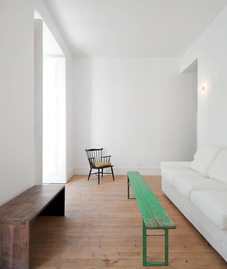 FANQUEIROS: Salas de estar  por José Adrião Arquitectos