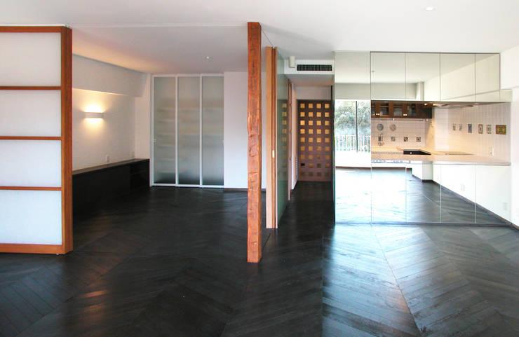 オーク材をつかってマンションリフォーム: ユミラ建築設計室が手掛けたリビングです。