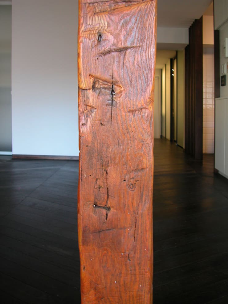 オーク材をつかってマンションリフォーム: ユミラ建築設計室が手掛けた壁です。