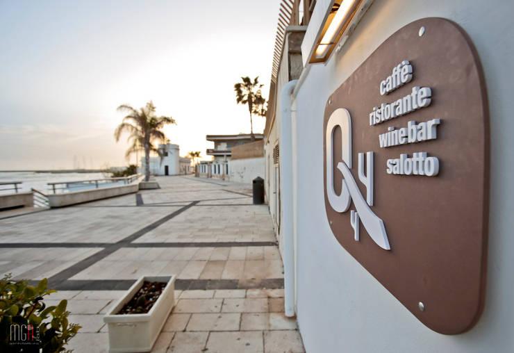 Quattro Quarti - Salotto sul mare: Gastronomia in stile  di MGA LAB,