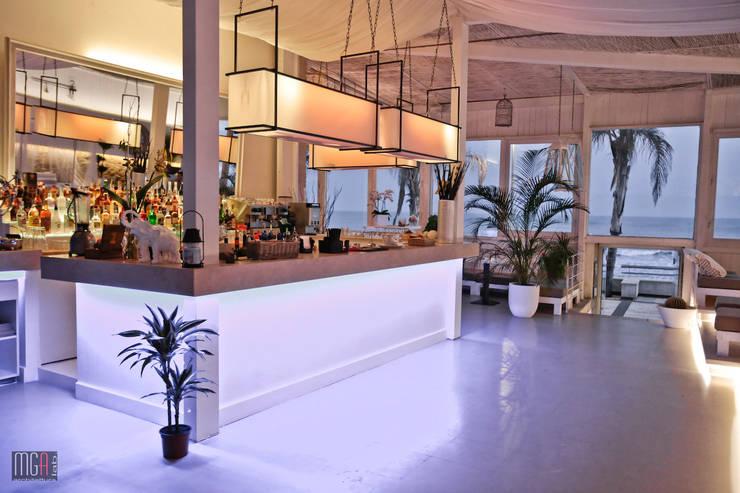 Quattro Quarti – Salotto sul mare: Gastronomia in stile  di MGA LAB,