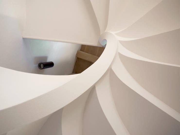 RESTAURO E RISANAMENTO CONSERVATIVO CON PARZIALE RIFUNZIONALIZZAZIONE DEI GRANAI DI VILLA VETTA MARINA:  in stile  di ARCHISAL - Studio Salmoni Architetti Associati,