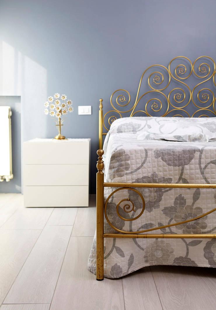 VIA CIPRO: Camera da letto in stile  di Flussocreativo design studio