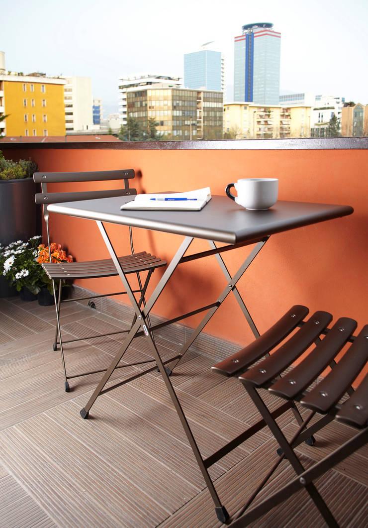 VIA CIPRO: Terrazza in stile  di Flussocreativo design studio