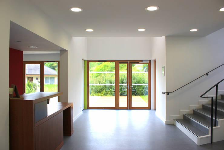 Hall d'entrée: Bureaux de style  par 3B Architecture