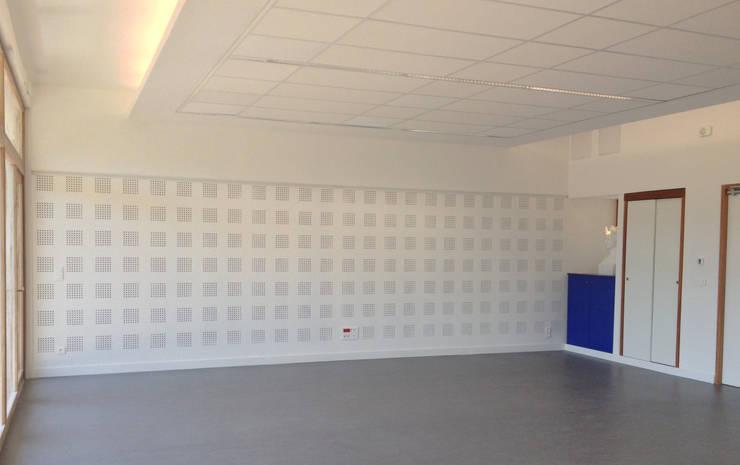 Salle culturelle: Bureaux de style  par 3B Architecture