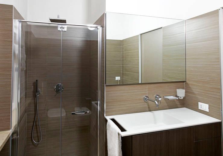 VIA CIPRO: Bagno in stile  di Flussocreativo design studio