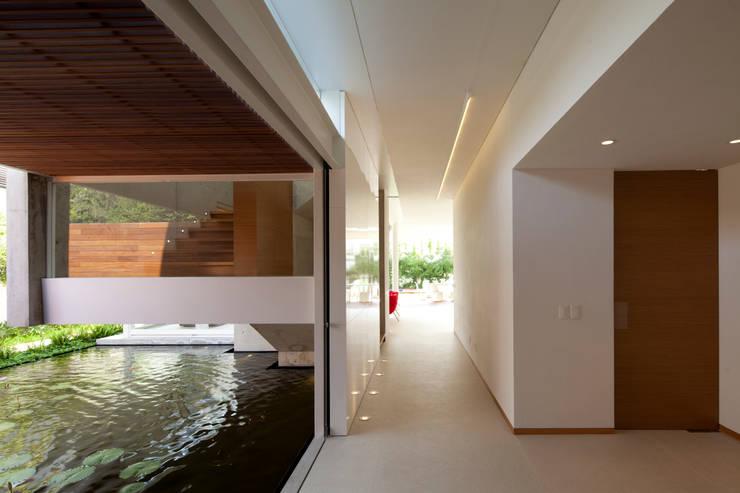 FF HOUSE: Pasillos y recibidores de estilo  por Hernandez Silva Arquitectos