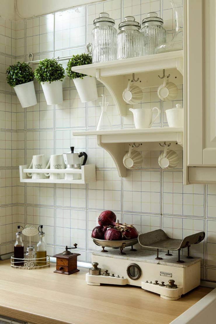 Little Cottage - casa di charme per vacanze e soggiorni brevi a Bologna: Cucina in stile  di Tommaso Bettini Architetto,