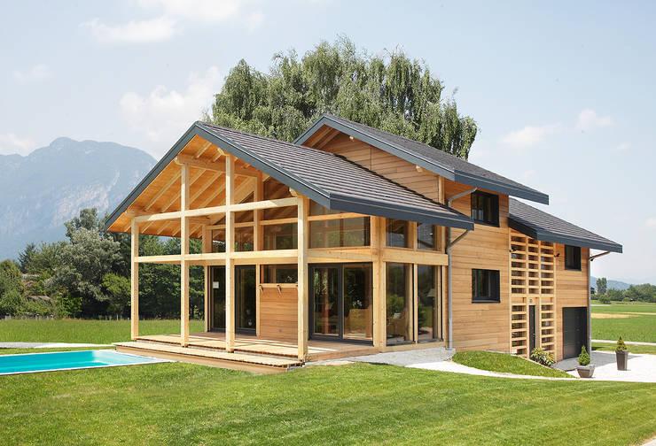 Maison bord de lac: Maison de style  par Myotte-Duquet Habitat