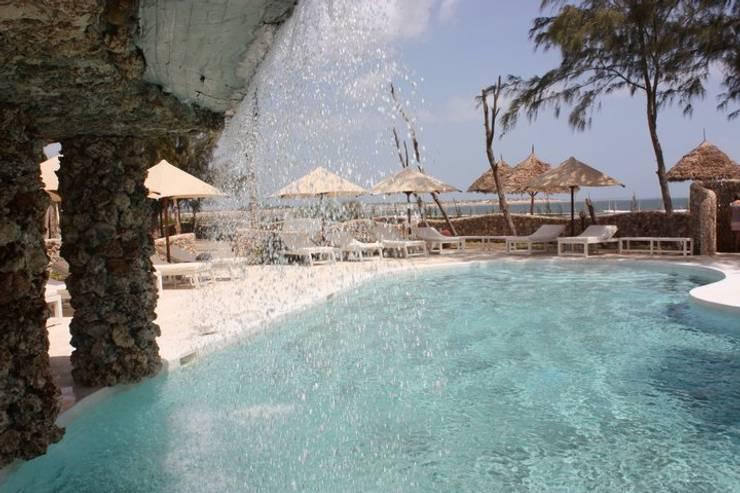 Kola Beach Resort – Malindi Kenya:  in stile  di ANDREA PONTOGLIO ARCHITECT, Tropicale