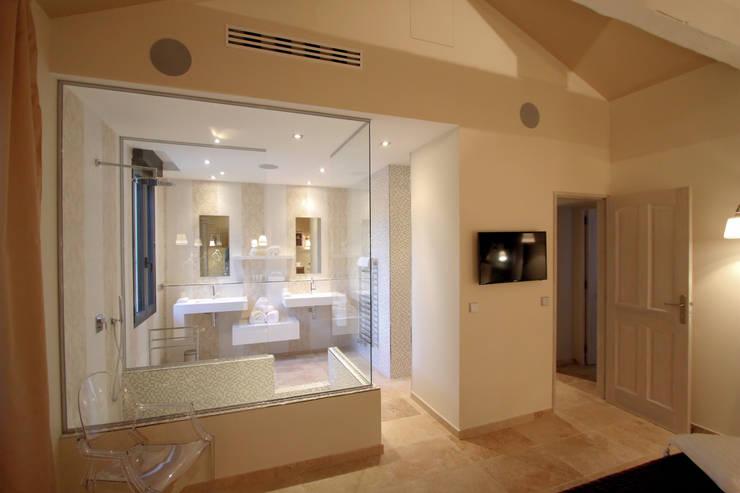 """Salle de bain et chambre """"Froufou et Marinière"""": Maisons de style  par AZ Createur d'intérieur"""