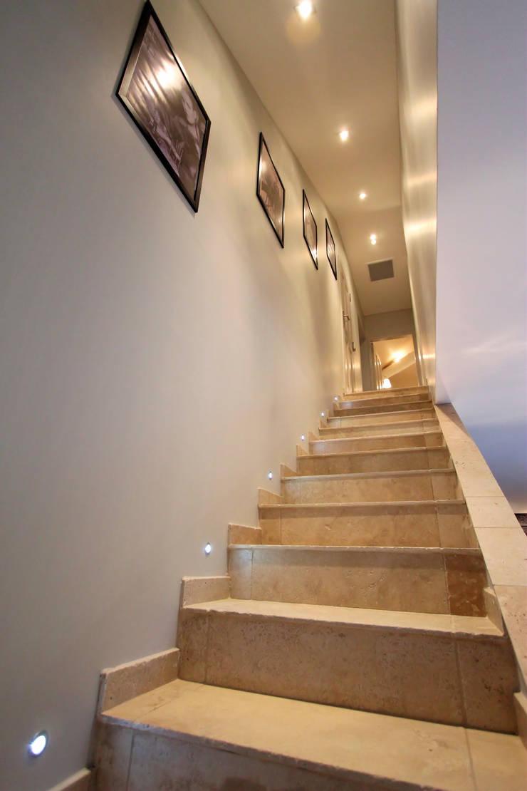 Domaine Pré Joly: Maisons de style  par AZ Createur d'intérieur