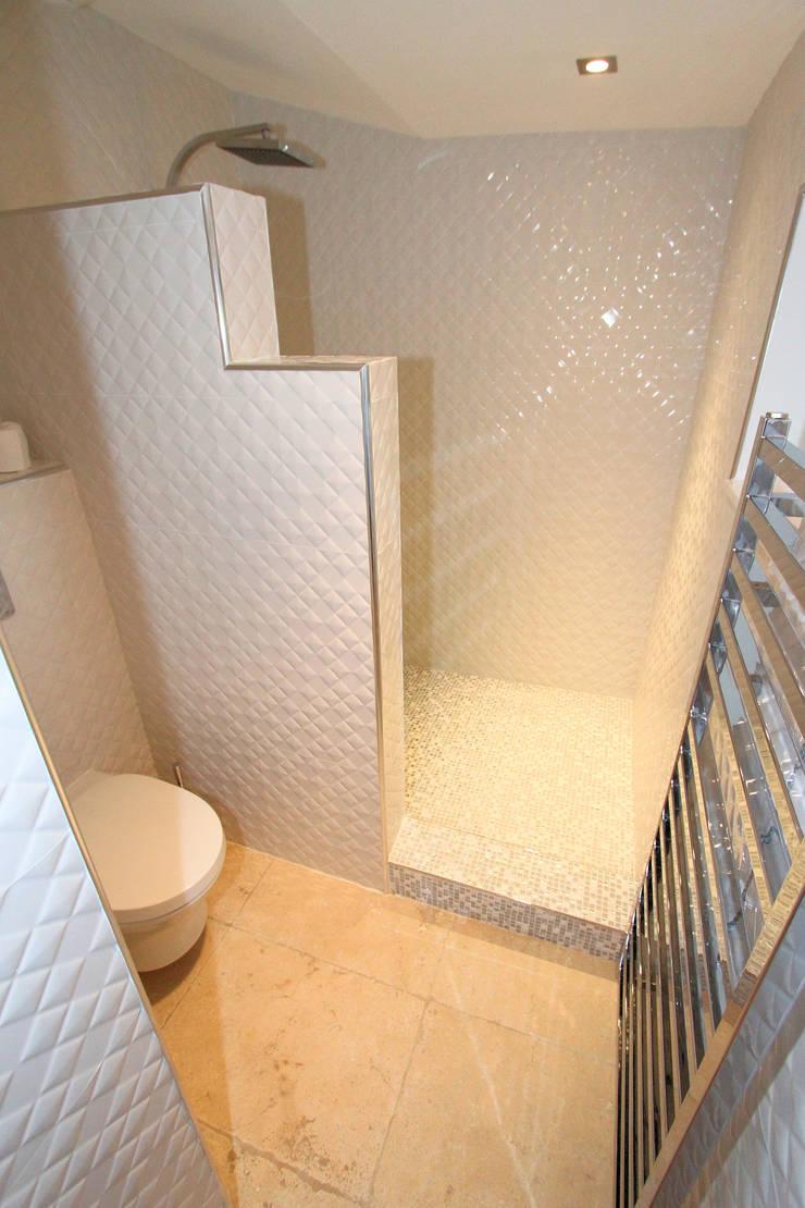 Salle de bain esprit Chanel: Maisons de style  par AZ Createur d'intérieur