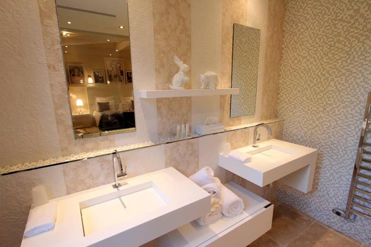 """Salle de bain chambre """"Froufrou et Marinière"""": Maisons de style  par AZ Createur d'intérieur"""