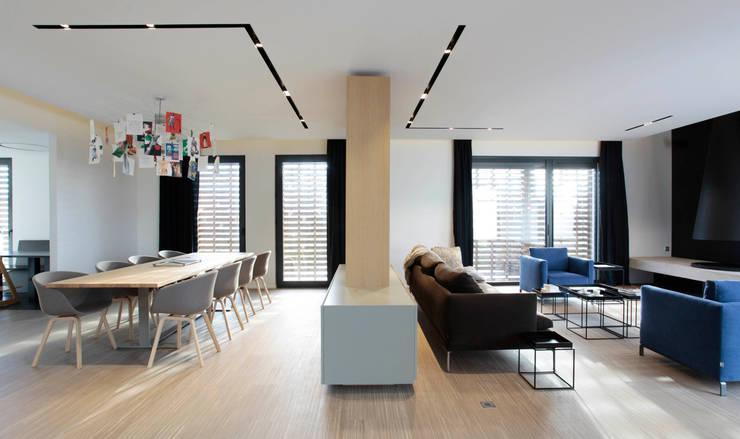 La Natière: Maison de style  par alkmdesign