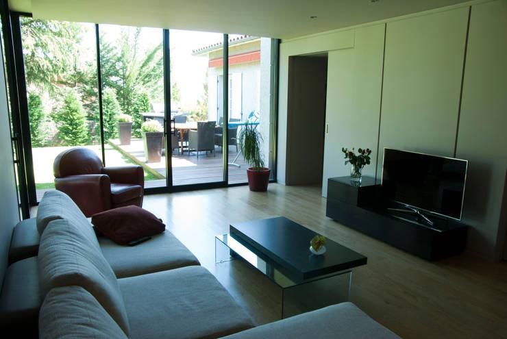 extension de villa: Maisons de style de style Moderne par mur
