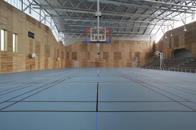 l'architecture du paysage: Salle de sport de style  par Christian Drevet Architecture
