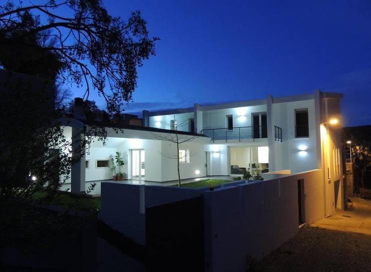 visuale notturna: Case in stile  di Sergio Aruanno Studio di architettura,