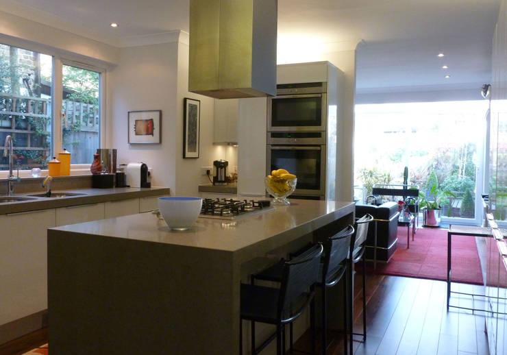 Victorian terrace house kitchen:  Kitchen by Schema Studio Limited