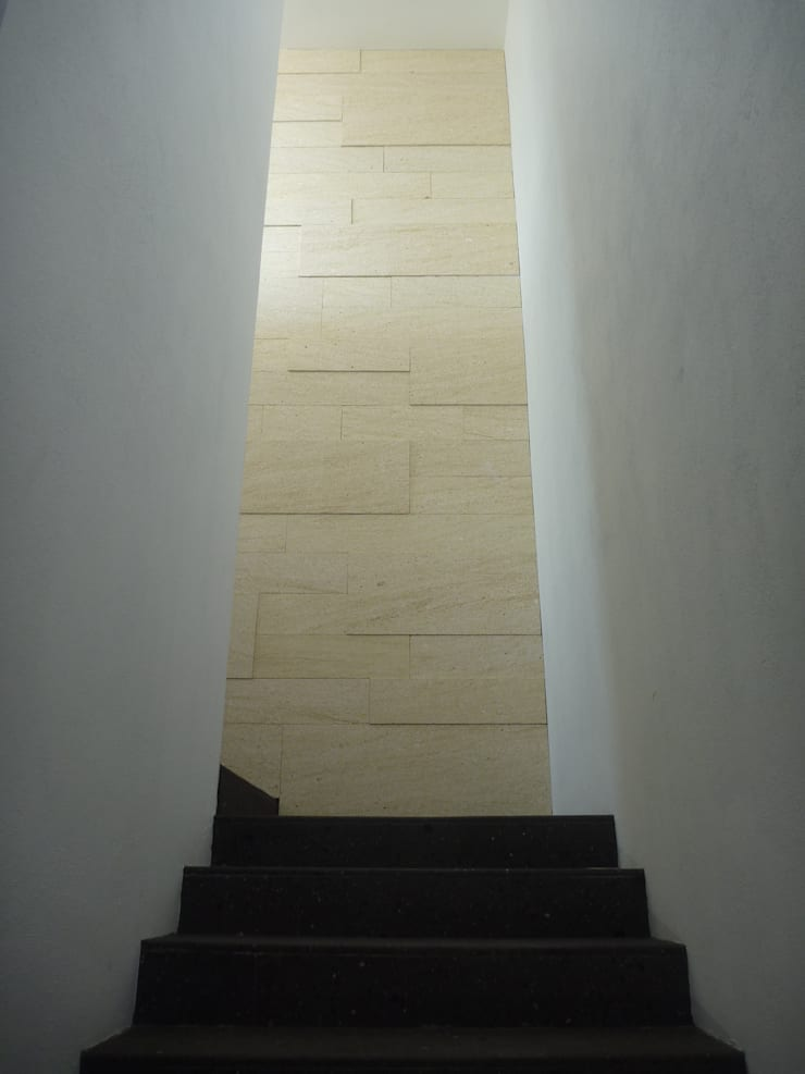 Casa DV Paredes y pisos de estilo moderno de ze|arquitectura Moderno