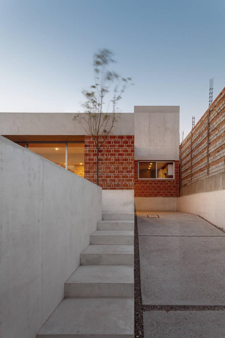 CASA EM Jardines de estilo minimalista de Ambrosi I Etchegaray Minimalista