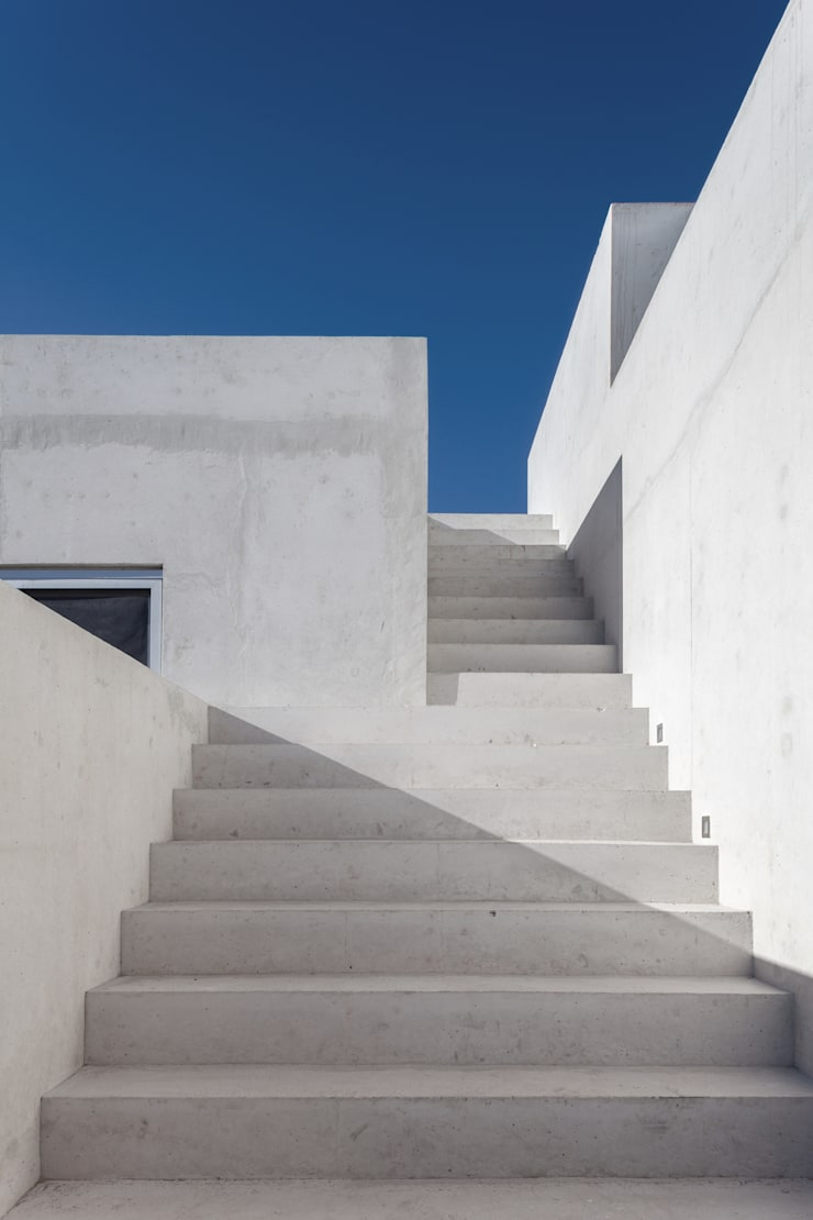 CASA EM Balcones y terrazas de estilo minimalista de Ambrosi I Etchegaray Minimalista